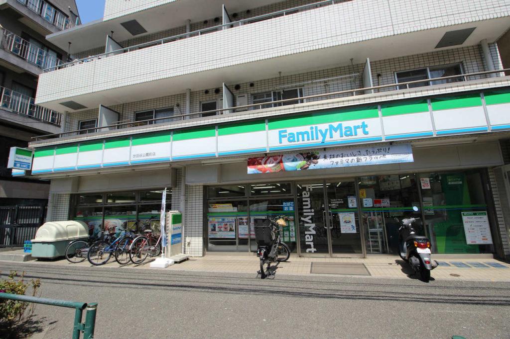 世田谷公園の隣のファミリーマート